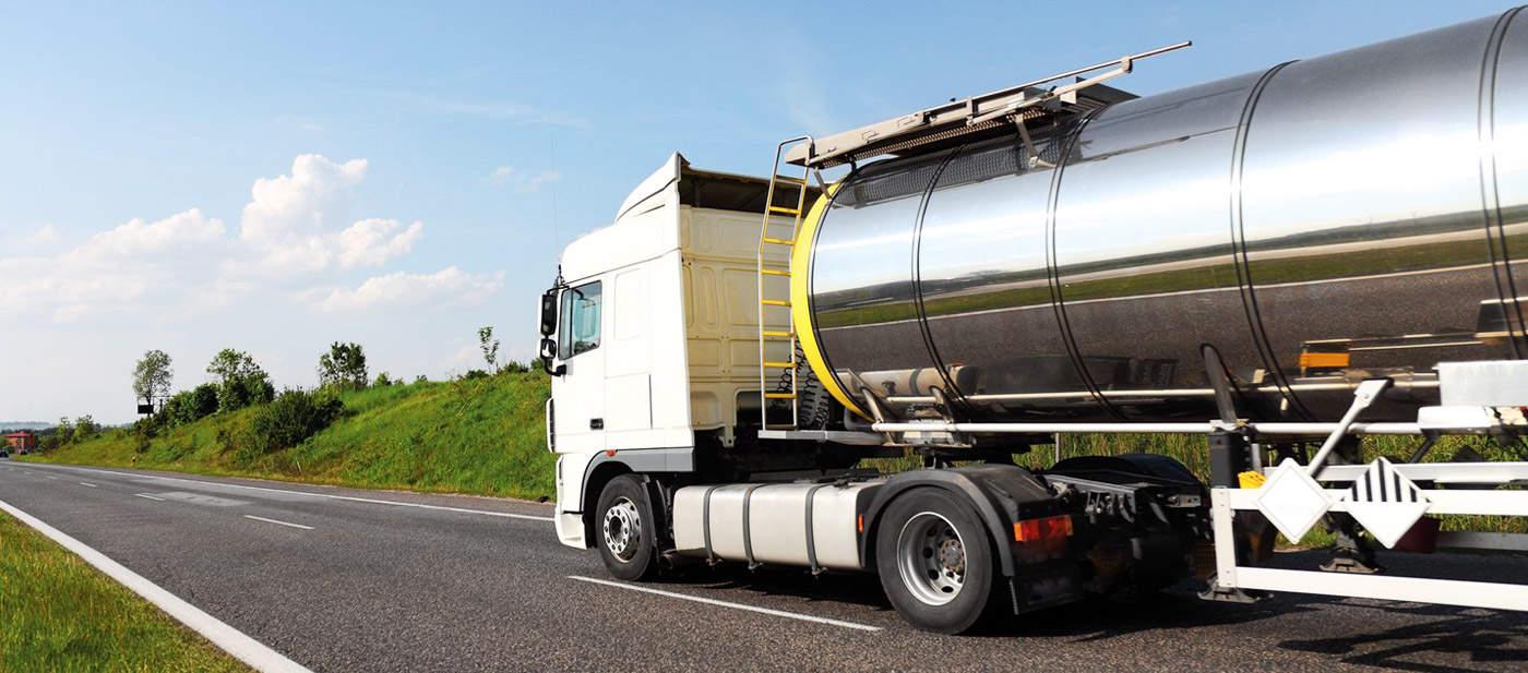 Camion citerne transportant des matières dangereuses
