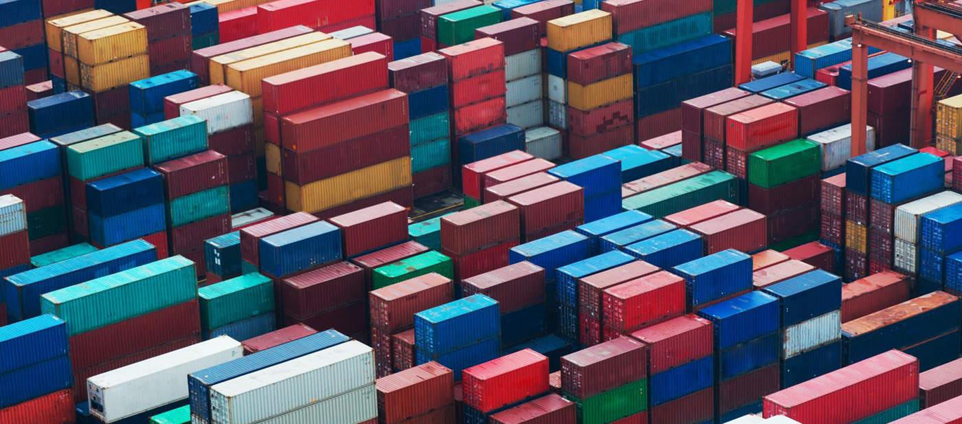 Nombreux conteneurs maritimes vus du ciel